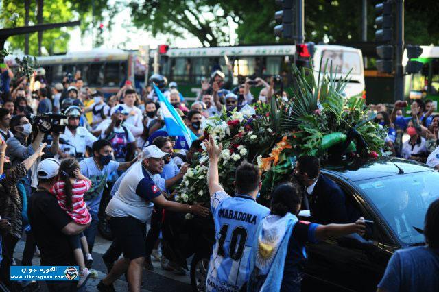 "Photo of ملايين الجماهير تودع ""مارادونا"" بعد خروج جثمانه من القصر الرئاسي"